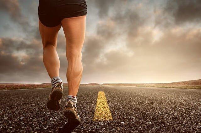 Мужчина занимается бегом
