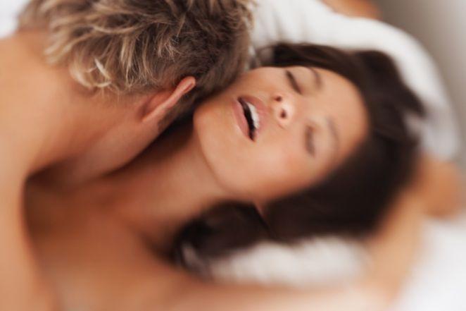 Мужчина доставил женщине оргазм