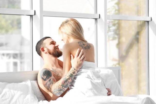 Молодые начинают заниматься сексом перед окном
