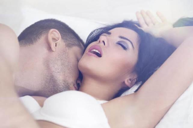Женщина возбуждается от поцелуев мужчины