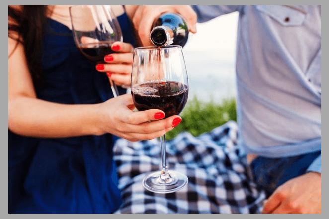 Мужчина и женщина разливают вино