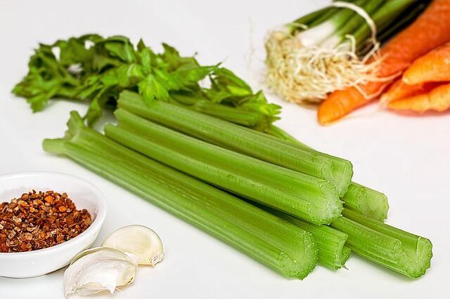 Салат с сельдереем и овощами поднимет потенцию мужчине