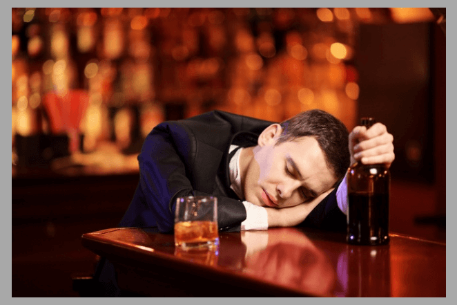 Пьяный парень уснул в баре
