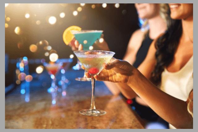 Женщины выпивают алкоголь