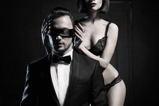 Женщина соблазняет мужчину в маске