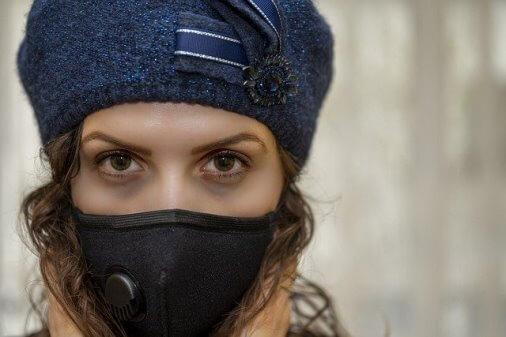 Девушка в маске от вирусов
