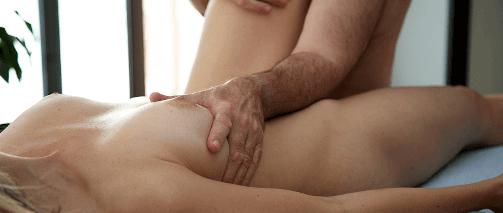 Мужчина массирует грудь женщины